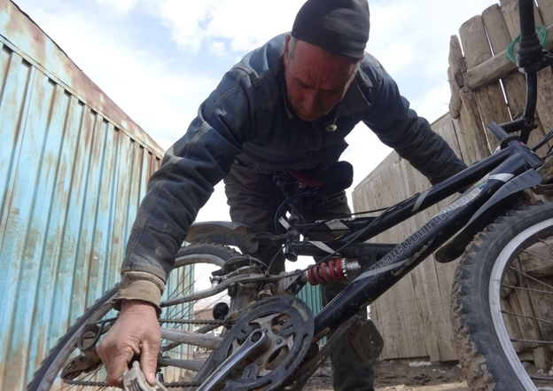 Mirza Hussain now works as a bicycle repair man